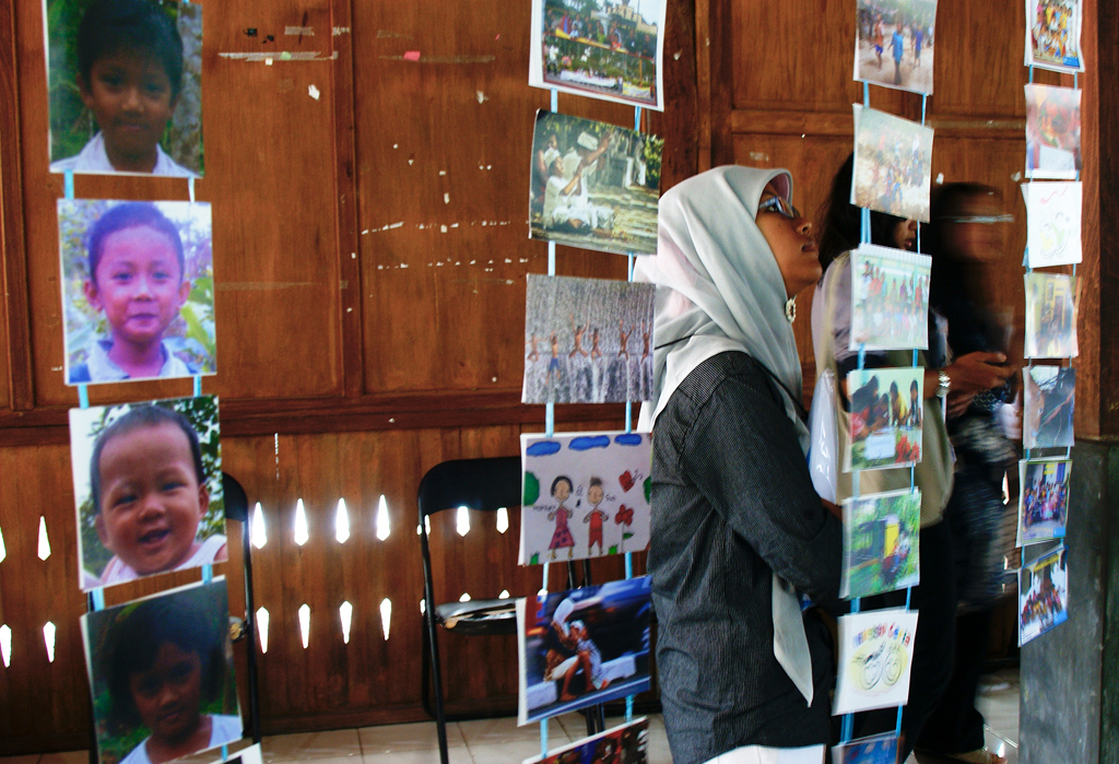 Photos on display, By Riksa Afiaty