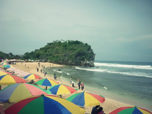Combining business and pleasure on Indrayanti beach, By: Dorothea Gecella Putri Lestari