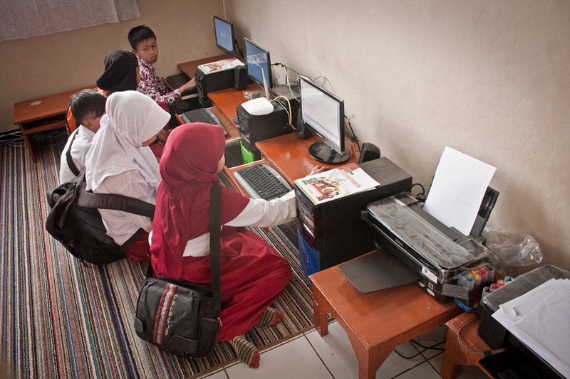 kids from Cisaru learn computer skills