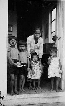 Portrait of a baboe and the children in her care 1934, By: Collection Tropenmuseum