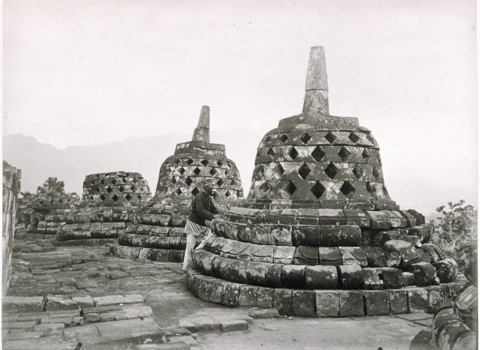 Photographer Kassian Céphas at the stupa's of the Borobudur, By: The Tropenmuseum