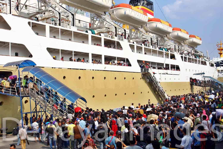 Taking to sea, By: Iwan - Denaya Images
