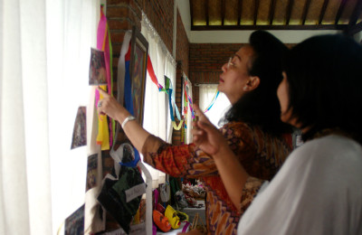 GKR Hemas at an exhibition showcasing products made by Yogya & Central Java kids, By: Riksa Afiaty