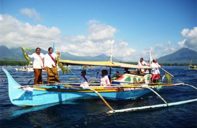 """""""Aheeheeheeheey!"""" Dancing on a boat, By: Travel Junkie Indonesia"""