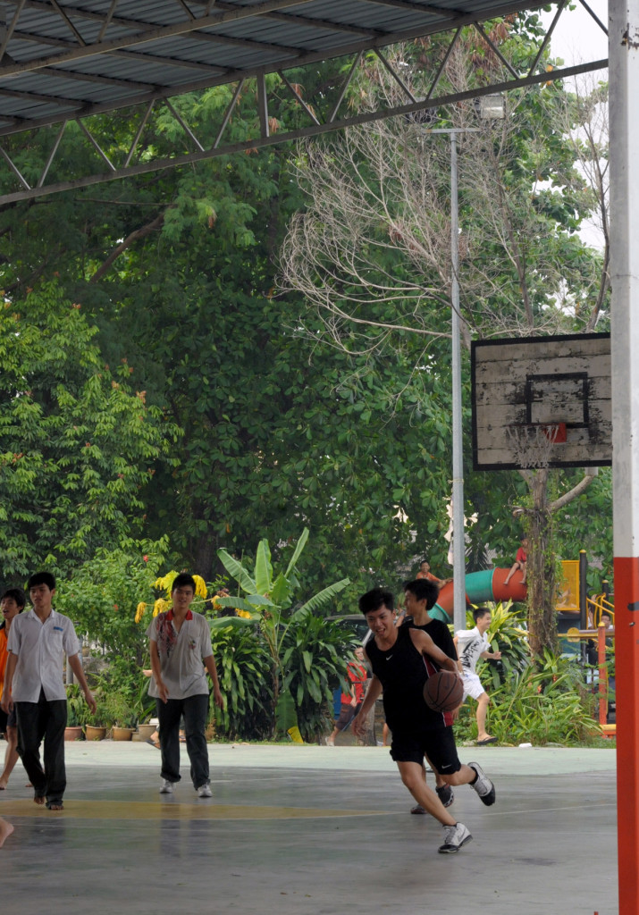 Playing basketball in Kampung Cempaka, By: Diana van Oort